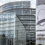 Plakat an Laternenmast vor dem Europäischen Parlament