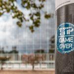 Aufkleber an Laternenmast vor dem Europäischen Parlament