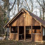 Hütte in der Burgruine Schnellerts