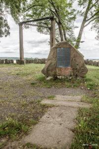 Ligendes Sandsteinkreuz, Gedenkstein und Galgen