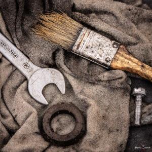 Werkstattdetail - Stillleben mit Pinsel und Schraubenschlüssel
